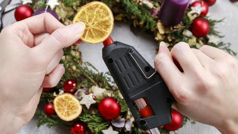 Dekorace nejlépe připevníte tavící pistolí. Zdroj: Agnes Kantaruk / Shutterstock, Inc.