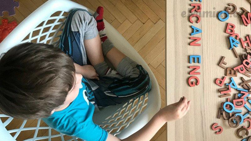 Dítě s autismem při své oblíbené činnosti (Hraje si tak od svých 18 měsíců) Zdroj: redakce