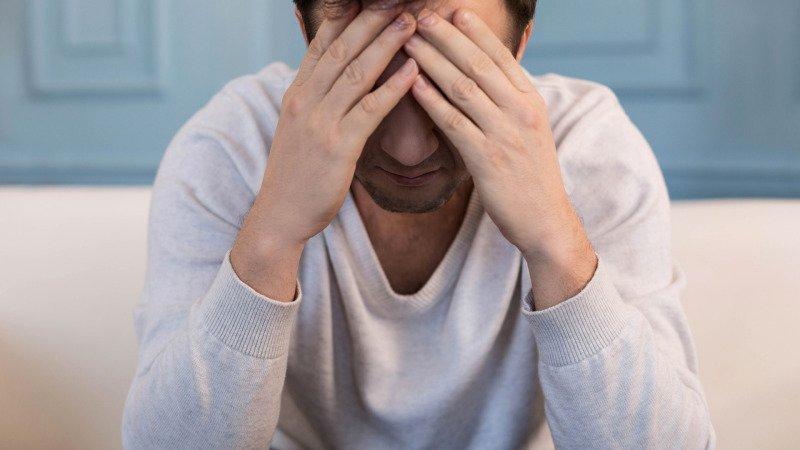 Muži své trápení v sobě často dusí. Zdroj: Canva.