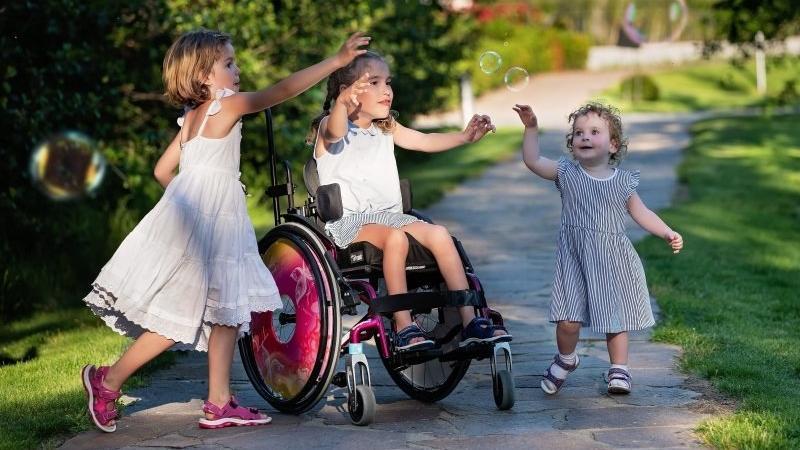 I přes své postižení je Emička veselá holčička. Zdroj: Iva Zajícová.