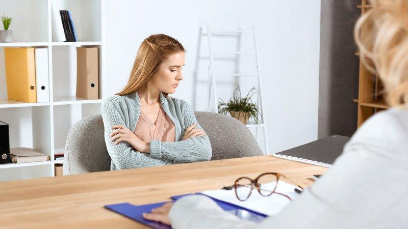 Povídání s psychologem může pomoci rodičům překonat první těžké chvíle. Zdroj: Canva