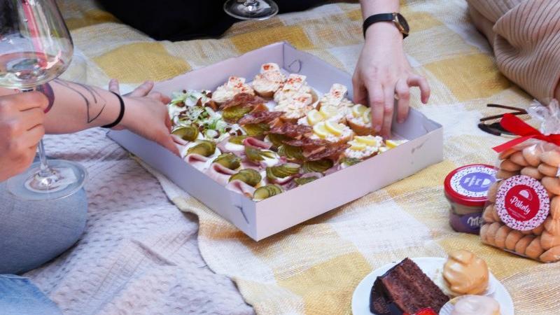 Vybere si každý, třeba Zuzana sladké nemusí a tak pro ní kanapky byly jasná volba! Zdroj: Redakce.