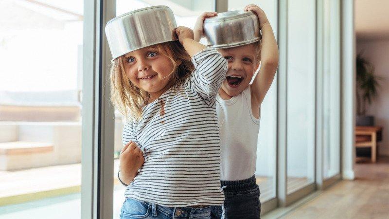 Hrnce nemusí být v dětském světě jen pomůcka na vaření. Zdroj: Canva