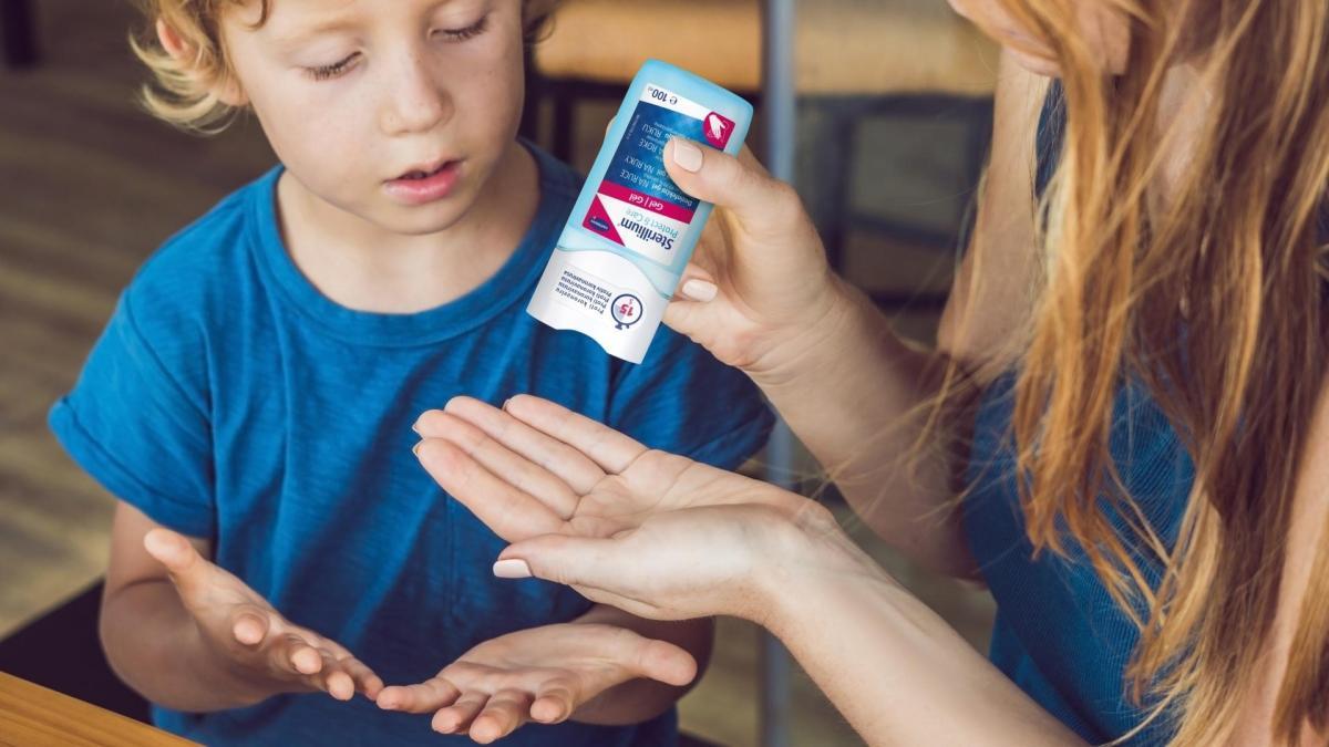 Lékárna Hartmann, Maminka se synem si nanášejí na ruce dezinfekční gel Sterillium Protect & Care