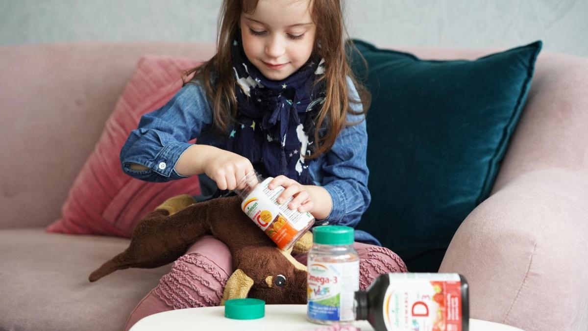 holčička s vitamíny Jamieson