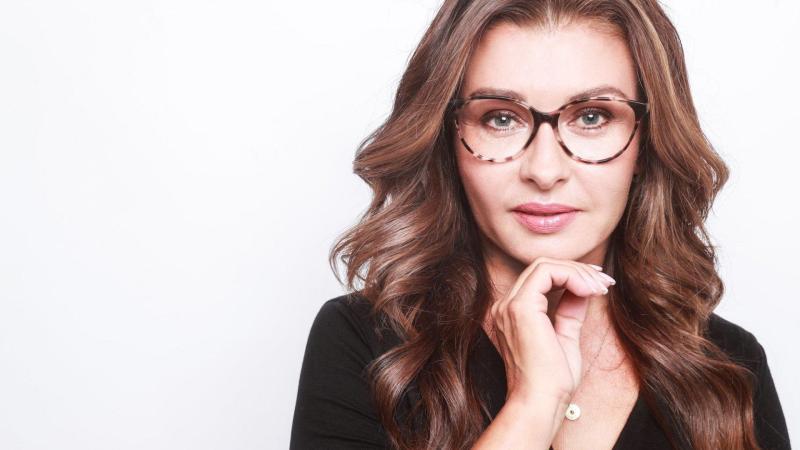 Dana Morávková pózující s brýlemi.
