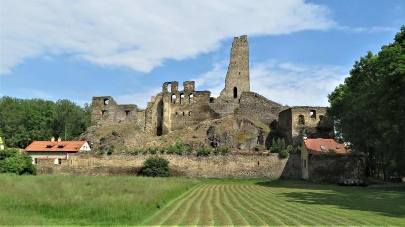 Zřícenina hradu Okoř se ukrývá v bllízkosti Prahy