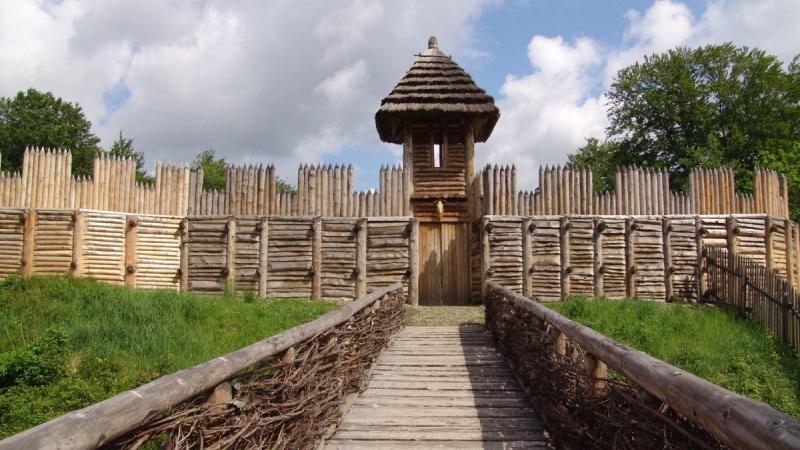 Středověké opevnění v archeoparku.