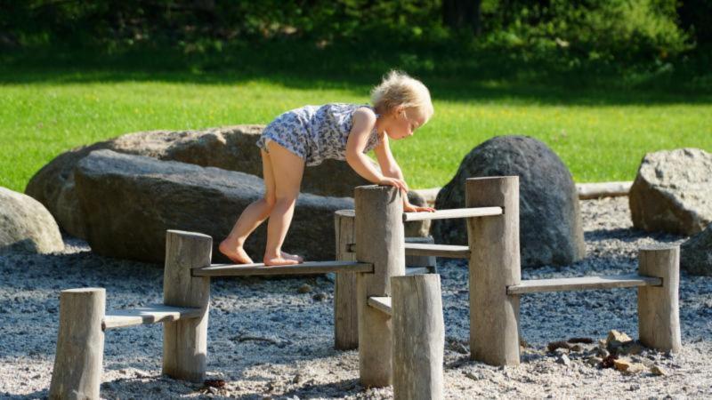 Šumava s dětmi, dítě na prolézačce, zábava na hřišti