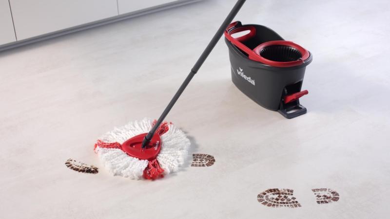 mop od Viledy na podlaze, vytírání špinavých stop
