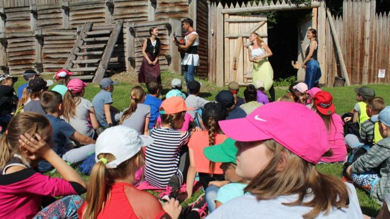 Děti sledují středověké představení.