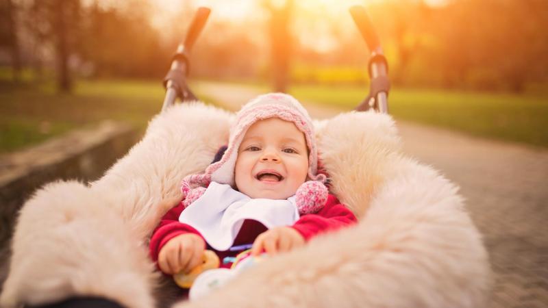 Usměvavé miminko v kočárku.
