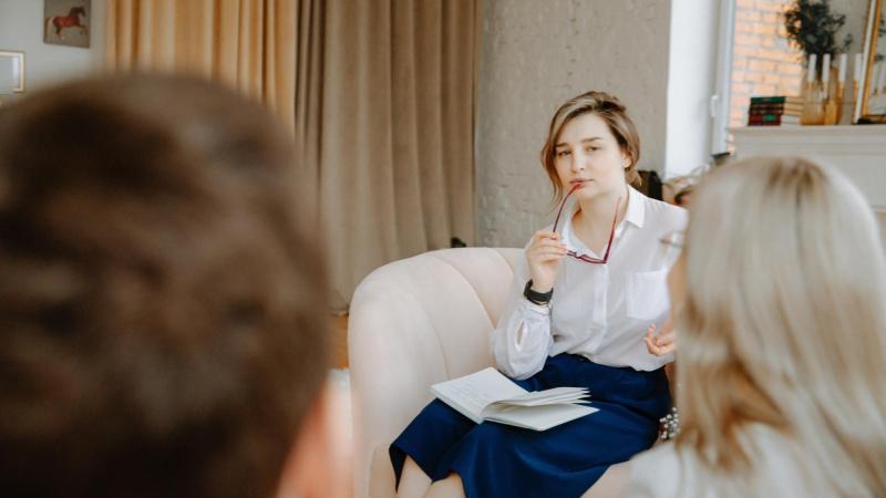 Terapeutka poslouchá rodičovský pár ve své ordinaci, poruchy příjmu potravy
