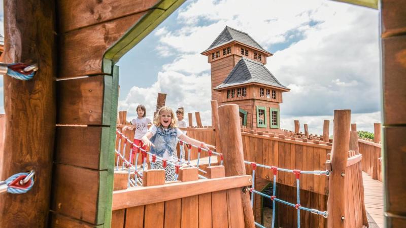 Děti užívající si dřevěné prolézačky v areálu Štastná země v Radvanicích