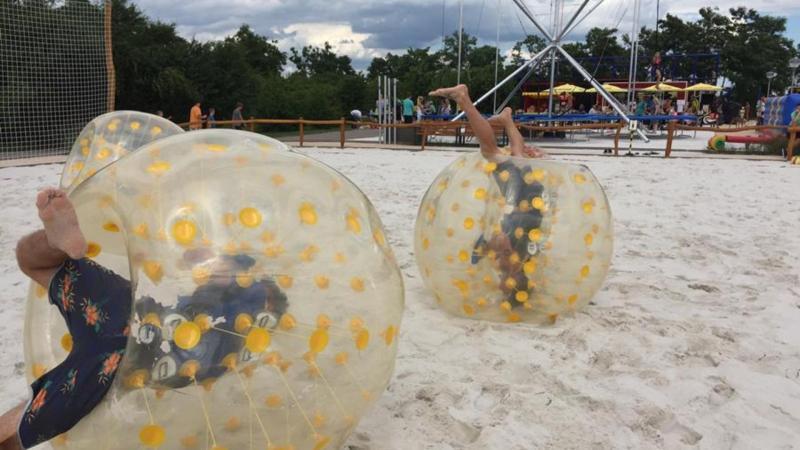 Děti si zkoušejí plážový zorbing ve Fajnparku.