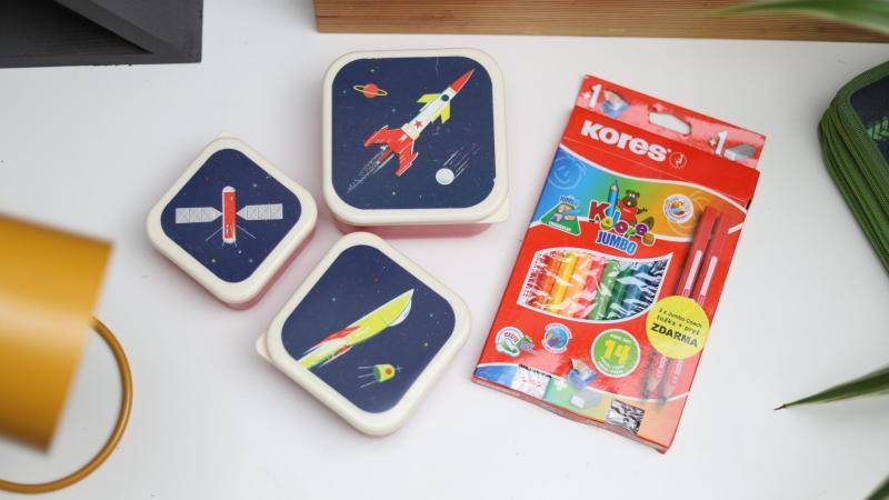 Svačinové boxy a pastelky do soutěže na psacím stole školáka